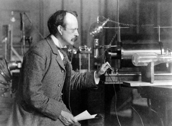 El 30 de abril de 1897 Joseph Thomson descubre el electrón